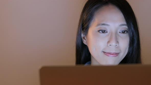 Thumbnail for Frau konzentrieren sich auf die Verwendung von Laptop-Computer