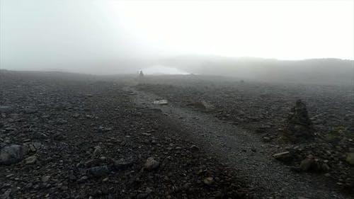 Nebelige Route auf einem gefährlichen Berg