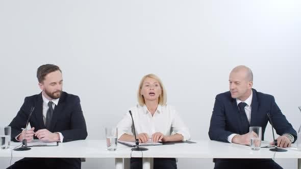 Thumbnail for Geschäftsfrau im Gespräch bei Pressekonferenz