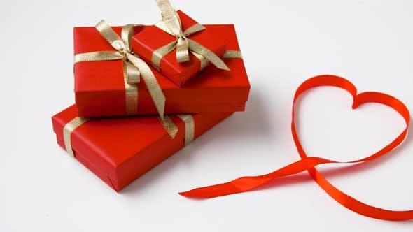 Thumbnail for Geschenke verpackt in rotes Papier für Valentinstag