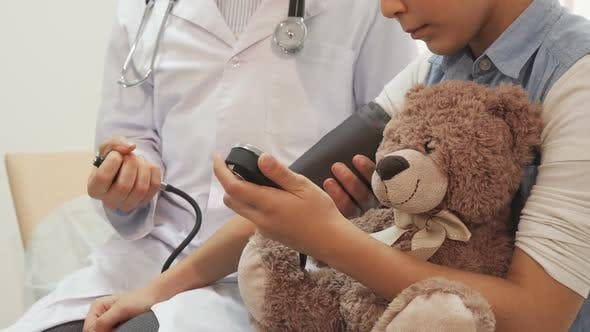 Cover Image for A Close-up Shows How a Doctor Measures the Pressure of a Little Girl