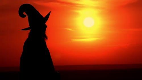 Böse Zauberin mit Apfel außerhalb Silhouette