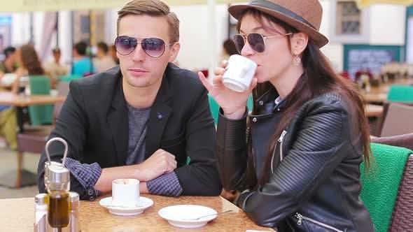 Restaurant Touristen Paar Essen im Freien Cafe. junge frau und mann genießen zeit draußen ay warm