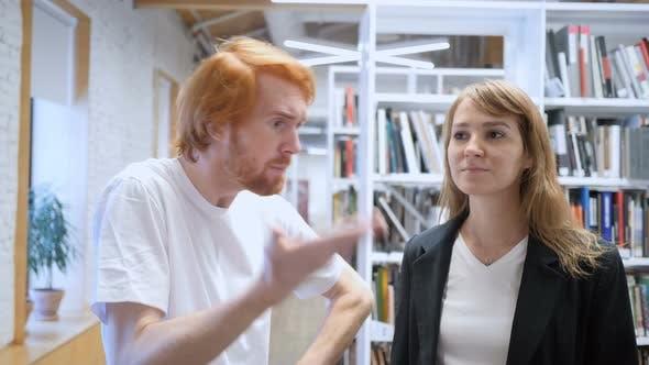 Thumbnail for Wütend junger Mann schreien seine Teamkollege, Arbeit Versagen
