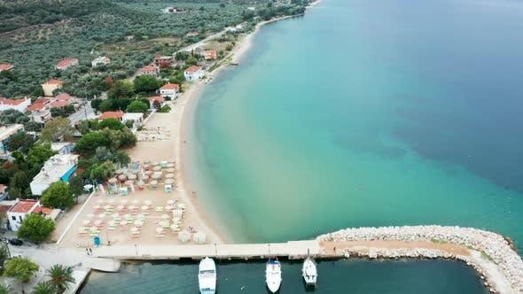 Thumbnail for Drohne Fliegen über Schöner Strand an der Küste und Meer mit schönen Türkis