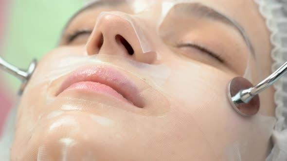 Mikrostromtherapie hautnah Frau