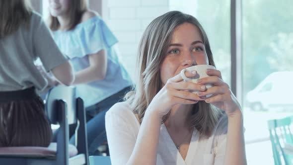 Cover Image for Schön glücklich Frau genießen Sie Ihr Kaffee im Café