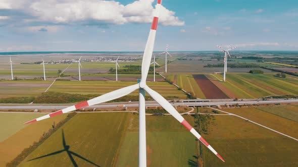 Luftaufnahme von Windkraftanlagen Farm und landwirtschaftlichen Feldern