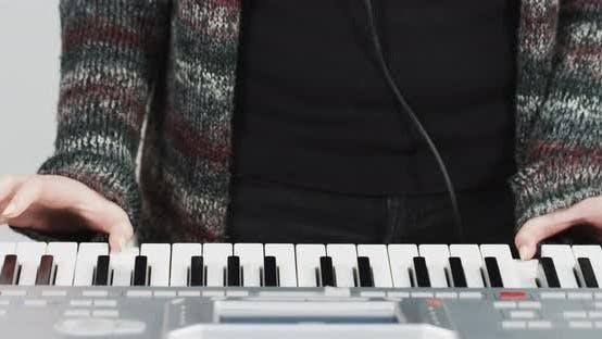 Thumbnail for Die Hände der Frau spielen die Tastatur