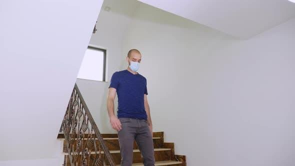 Thumbnail for Junger Mann trägt Einweg-Maske