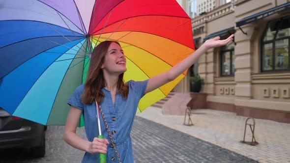 Thumbnail for Frau mit farbigen Regenschirm im Stadtzentrum
