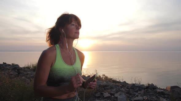 Thumbnail for Porträt von weiblichen Jogger in Kopfhörer im freien