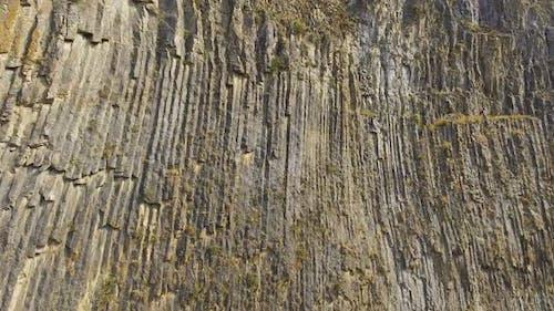 Felsiger Berg mit einzigartigen Basaltsäulen gebildet von vulkanischer Lava, Geologie