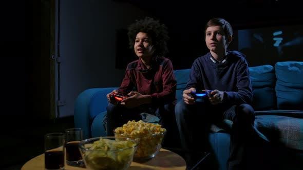 Thumbnail for Konzentrierte Teen Gamer Spielen Heimkonsole
