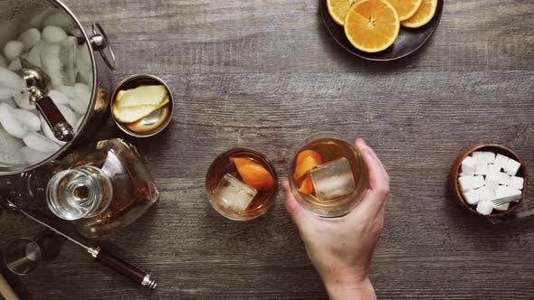Bourbon altmodischer Cocktail garniert mit Orangenschale.