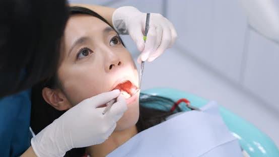 Femme sur l'inspection des dents en dentisterie