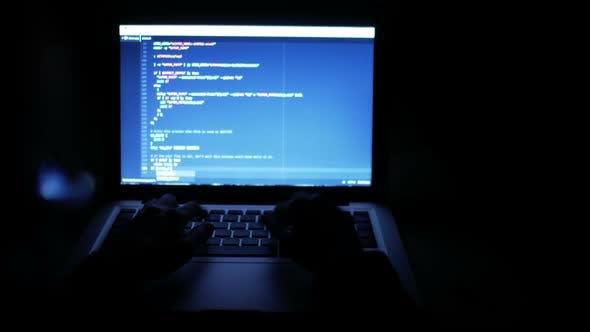 Thumbnail for Programmierer Code auf Laptop bei Nacht eingeben