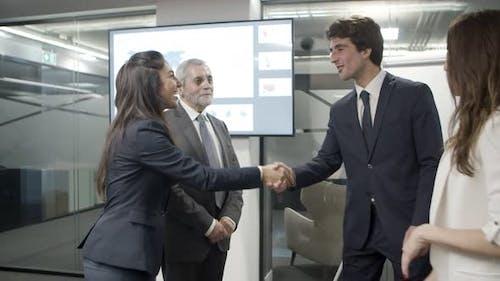 Lächelnd Büroangestellte Händeschütteln im Büro