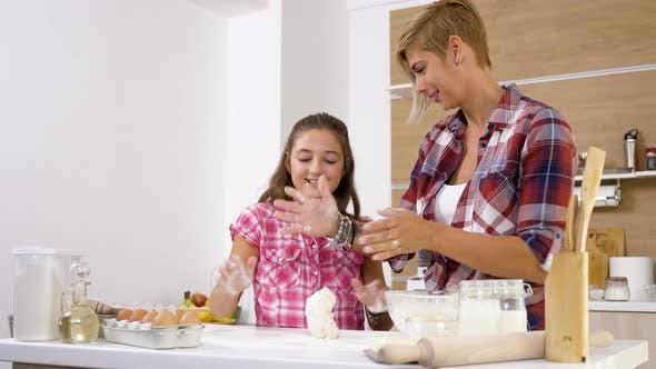 Thumbnail for Mutter zeigen Tochter wie zu Kneten Teig