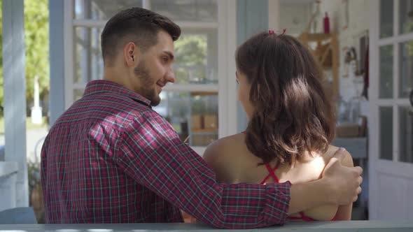 Rückansicht von junge Frau und Mann sitzen am Tisch bei der alten Haus