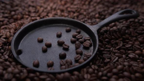 Kaffeebohnen fallen in die Pfanne