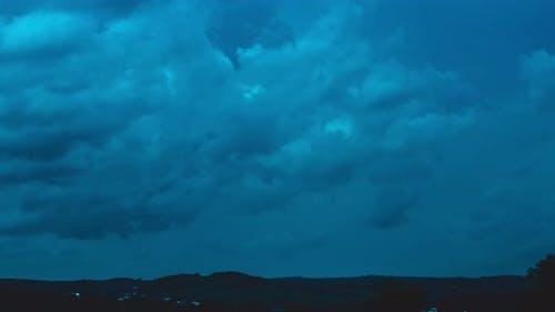 Zeitraffer der Bewegung von dunkelblauen Nacht schweren Wolken 4k Filmmaterial