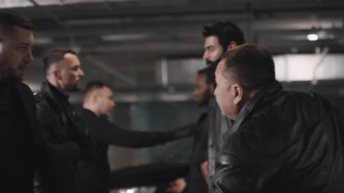 Bewaffnete Kriminelle kämpfen in der Tiefgarage