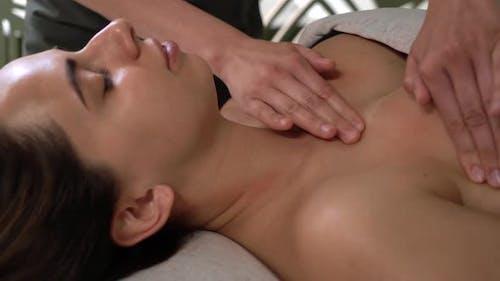Spa-Gesichtsmassage. Der Prozess der geformten Brustmassagesim Büro des Kosmetikers. Schön