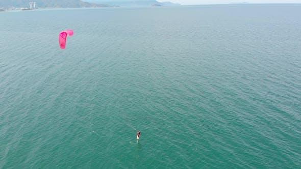 Kitesurf-Platz, Sportkonzept, Gesunder Lebensstil, menschlicher Flug. Luftaufnahme des City Beach