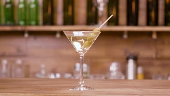 Thumbnail for Glas alkoholisches Getränk auf einer Bar Theke