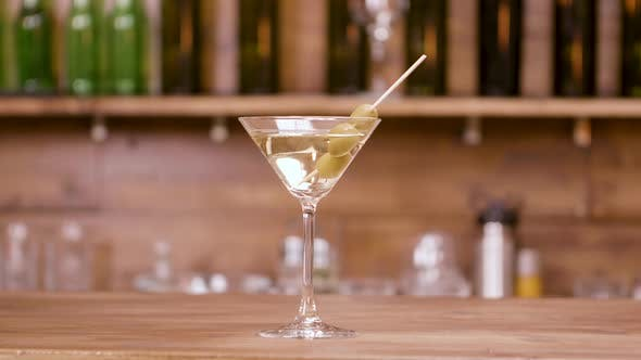 Thumbnail for Vaso de bebida alcohólica en un mostrador de bar