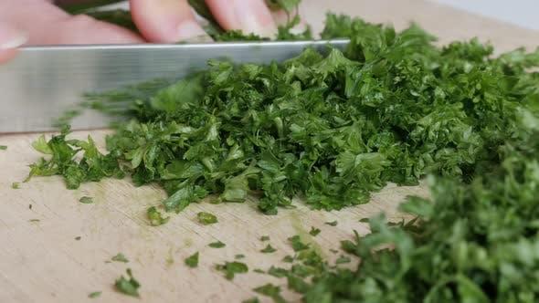 Thumbnail for Petersilie Gemüse Schneiden auf kleinere Stücke 4K 3840X2160 UltraHD Tilt Footage - Petroselinum crispu