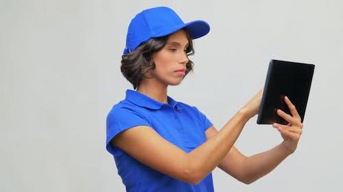 Lieferung Mädchen in blauer Uniform mit Tablet Computer