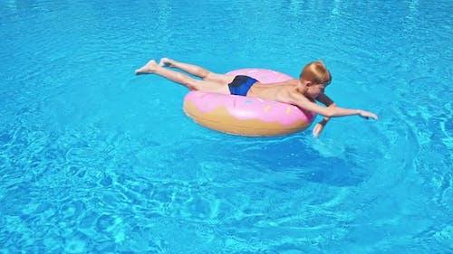 Glückliches Kind im Schwimmbad