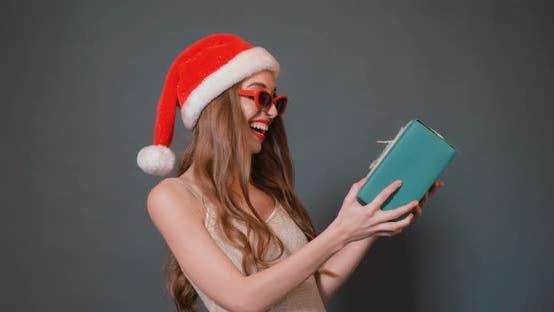 Thumbnail for Mädchen ist glücklich mit Weihnachtsgeschenk