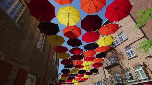 Thumbnail for Straße mit bunten Regenschirmen verziert