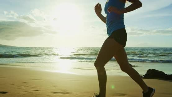 Thumbnail for Sportliche junge Frau Laufen bei Sonnenuntergang