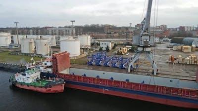 Tug ship and cargo ship