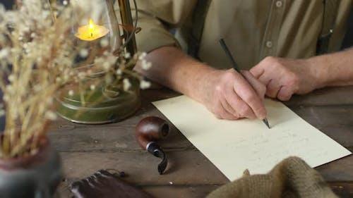 Unerkennbarer älterer Mann, der Poesie schreibt