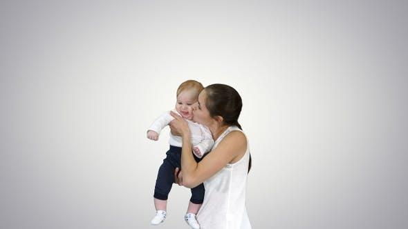 Thumbnail for Mutter Spins Ihr Baby auf Hände Baby Fliegen in Mütter Hände