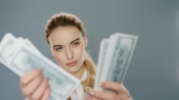 Thumbnail for Geschäftsfrau Zählen Geld Bargeld in Zeitlupe