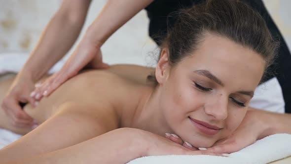 Thumbnail for Attraktive kaukasische Frau Entspannen während der Massage auf dem Rücken im Spa Salon