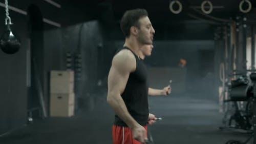 Athleten springen auf Springseil. In der Sporthalle oder im Fitnessstudio. 50Fps Footage
