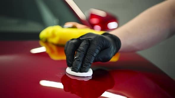 Chemische Reinigung einer Motorhaube