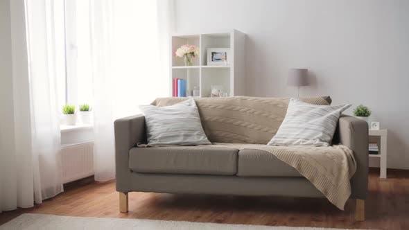Thumbnail for Sofa mit Kissen bei Cozy Home Wohnzimmer 5