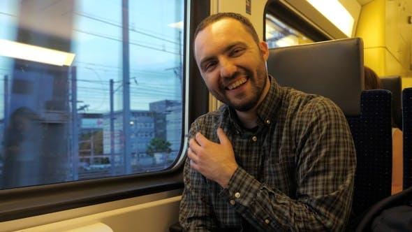 Thumbnail for Fröhlicher Mann erzählt einen Witz und lacht in einem Zug.