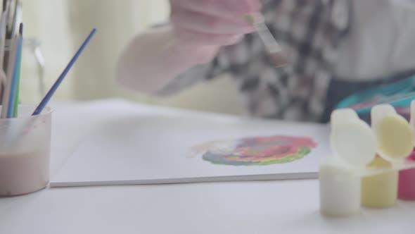 Thumbnail for Frau malt ein Bild