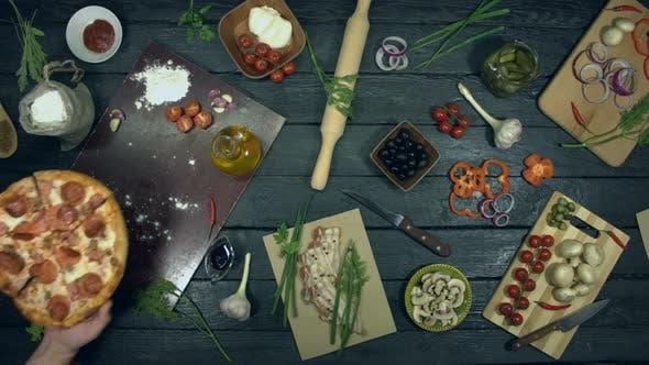 Thumbnail for Super Meat Pizza auf ökologischem schwarzem Hintergrund