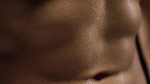 Der Mensch zeigt eine muskulös starke Körpernahaufnahme auf schwarzem Hintergrund