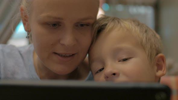 Thumbnail for Mutter und Kind verbringen Zeit auf Touch Pad mit